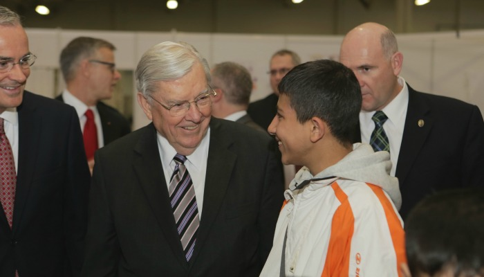 L'Anziano Ballard visita dei centri di accoglienza per i rifugiati in Germania ed in Grecia
