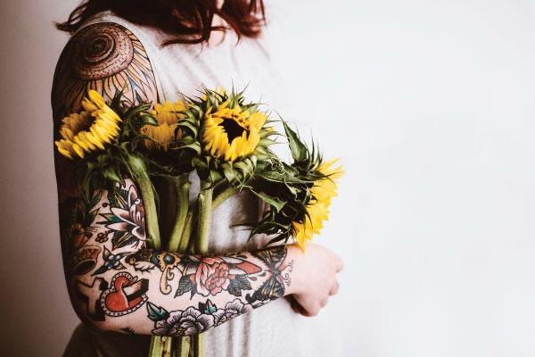 donna con tatuaggi